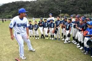 野球少年を喜ばせたベイスターズの野球教室=2017年11月12日、奄美市名瀬市民球場