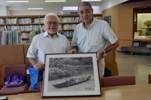 宇検村を訪ねた芳賀日向さん(右)と、少年の頃に写真を撮ってもらった川渕さん=13日、宇検村元気の出る館