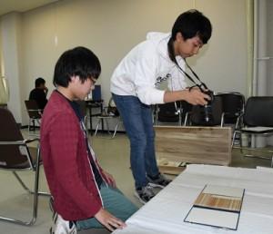 資料の記録と整理を行う実習生=6日、奄美市名瀬の奄美博物館