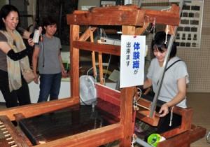 人気を呼んだ機織り体験コーナー=1日、奄美市名瀬の産業支援センター