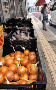 地震発生以降、仕入れ価格が高騰している北海道産の野菜。小売店からも不安の声が聞かれる=16日、奄美市名瀬