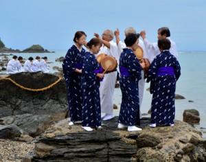 海のかなたの神々に五穀豊穣を祈る「平瀬マンカイ」=11日午後4時ごろ、龍郷町秋名