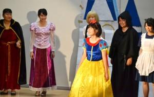ディズニーのキャラクターに扮(ふん)した3年生の劇=9日、与論町茶花の与論高校