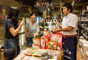 酒類販売店内に確保した特産品を展示即売するスペース