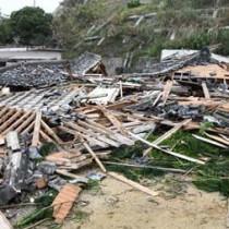 強風で倒壊し、がれきになった空き家=30日午前10時半ごろ、天城町天城