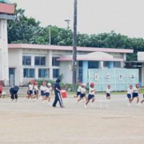 台風の影響で次第に風が強まる中、運動会に向けて練習をする児童ら=27日、和泊町の国頭小