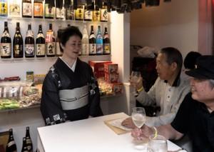 黒糖焼酎や奄美の郷土料理を提供するアンテナショップ=31日、東京・吉祥寺