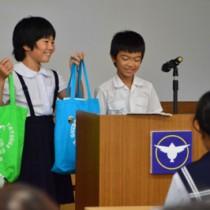 エコバッグの利用など身近な環境保全活動を提案した円小の児童=15日、龍郷町