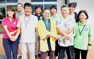 奄美群島南三島観光連携協議会を結成した各島の観光協会(連盟)関係者ら=13日、知名町のエラブココ