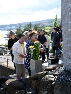 犠牲者の冥福を祈り、恒久平和を誓った「平和の夕べ」=22日、徳之島町亀徳