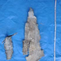 奄美署喜界幹部派出所が爆発現場で回収した金属片=19日、喜界町