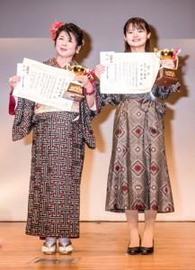 「島うたの部」優勝の平岡優香さん(右)と「奄美歌謡の部」優勝の重信洋子さん=21日、東京・目黒区