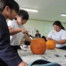 カボチャランタンを作る子どもたち=30日、早町小学校