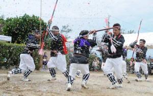 2年ぶりに奉納された実久集落伝統の棒踊り=17日、瀬戸内町加計呂麻島