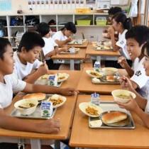 6日ぶりに提供された給食を味わう児童ら=4日、伊仙町犬田布小学校