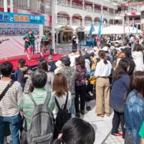 来場者が島々の魅力を堪能した奄美の観光と物産展in大阪=14日、大阪・豊中市