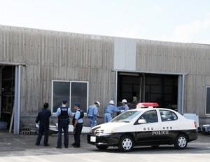 男性が屋根から転落し、亡くなった事故現場=2日、奄美市名瀬