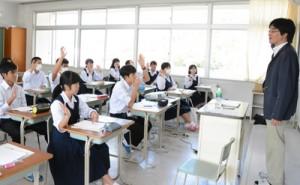大学の出前講義を受ける生徒たち=25日、奄美市名瀬の県立大島高校