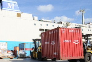 定期船が寄港し、食料などの物資が届いた与論港=7日、与論町