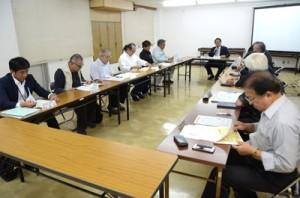 中小企業振興策について意見交換した会合=31日、奄美市役所