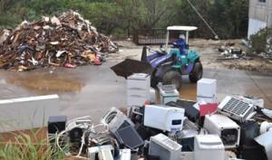 災害ごみの搬入も再開され、多くのごみが持ち込まれたクリーンセンターの廃材置き場=15日、和泊町瀬名