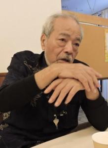 「死の棘」のオペラ化について語る上地さん=10月14日、那覇市