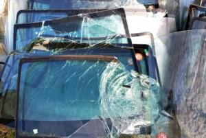 台風の影響で破損し、取り外された車の窓ガラス=29日、奄美市名瀬