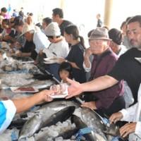 家族連れなどでにぎわった沖永良部島漁協の海人まつり=14日、和泊町の同漁協