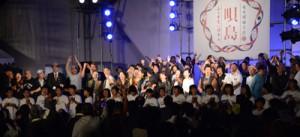 「懐かしい未来へ」を歌う出演者ら=28日、奄美市名瀬の大浜海浜公園