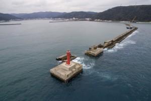 破壊された沖防波堤(10月3日午前11時ごろ=本社無人機で撮影)