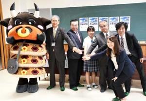 広域連携GCFの高校生応援プロジェクトがスタートし、協力を呼び掛ける関係者=11日、徳之島町の県立徳之島高校