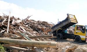 クリーンセンターに山積みになった災害ごみ=7日、与論町