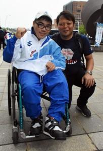 大会に出場する冝喜天空君(左)と父親の竜治さん=11日、鹿児島市の県庁