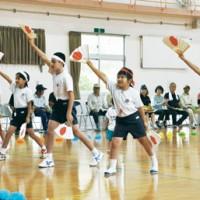 集落にエールを送る児童たち=13日、龍郷町の円小学校