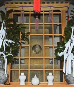 1718年に寄進されたと記されているご神体の石像と祠=13日、奄美市名瀬有良