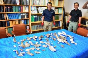 爆発事故の現場から回収された金属片=27日、喜界町役場