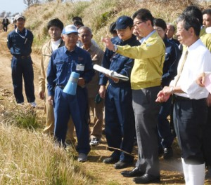 県職員から被害状況を聞き取る高鳥農林水産副大臣(右から2人目)=21日、伊仙町伊仙