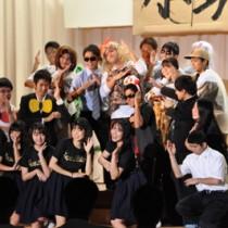 ダンスを取り入れたコミカルな演技で会場の笑いを誘った3年生の劇=27日、瀬戸内町の県立古仁屋高校
