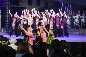 城山物語のフィナーレイベントで披露された「ガジユータ八月踊り」=20日、鹿児島市の照国神社