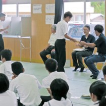 投票を模擬体験する生徒ら=17日、喜界町の喜界中学校(提供写真)