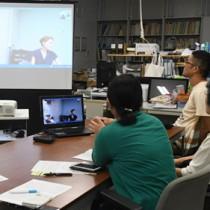 「織物の染色技術」をテーマにした研究会をスカイプで聴講する参加者=9日、奄美市名瀬の鹿児島大学国際島嶼教育研究センター奄美分室