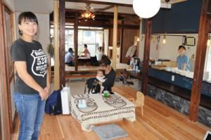 創業支援や多世代交流の拠点施設としてオープンした「HUB a nice d!」。施設を紹介するオーナーの山本美帆さん(左)=10月30日、瀬戸内町阿木名
