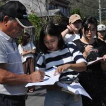 空き家空き地を調査する東洋大の学生ら=25日、龍郷町