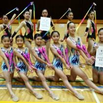 中学校団体で優勝、小学校団体で準優勝した大島新体操クラブの選手たち=26日、名瀬総合体育館