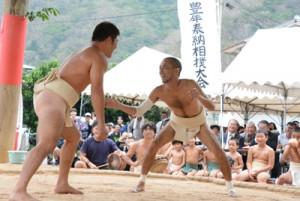 他集落の力士も応援出場した豊年相撲=14日、大和村名音