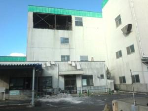 台風24号で被災。外壁などが壊れ、稼働を停止しているクリーンセンター=2日、喜界町湾
