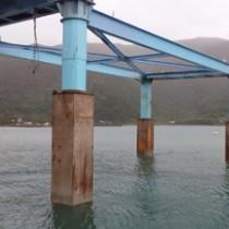 大破、流出した近畿大学水産研究所奄美実験場の浮き桟橋(写真提供=近畿大学)