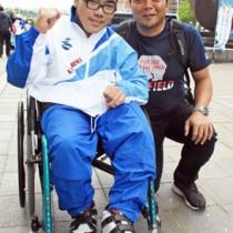 全国大会の砲丸投げで優勝、ソフトボール投げで準優勝した冝喜天空さん(左)と父親の竜治さん=11日、鹿児島市の県庁