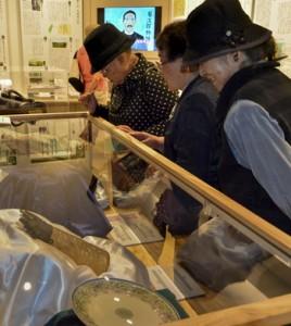 展示物を7点追加した「西郷隆盛と菊次郎展」=16日、龍郷町