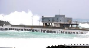 旅客ターミナルビルを覆わんばかりの高波=4日、和泊町の和泊港